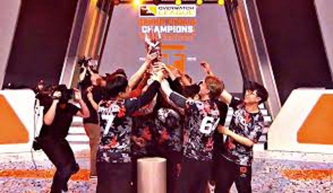 Les San Francisco Shock, vainqueurs de l'Overwatch League 2019, trophée en main.